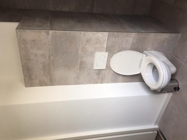 Waterdicht afkitten van badkamer 6 m2 toilet half betegeld en