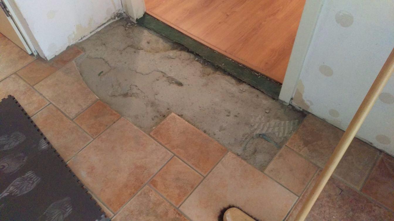 Egaliseren Over Tegels : Plavuizen vloer met vloerverwarming verwijderen egaliseren m