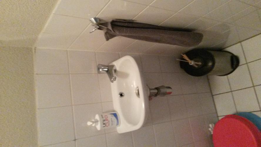 Inbouw wc wasbak plaatsen en toilet ruimte opnieuw betegelen