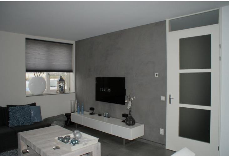 Sturen beton cire muur woonkamer 12m2 werkspot for Behang trapgat