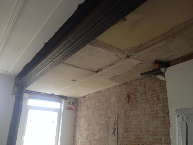 Giplsplaten plaatsen rondom stalen ligger woonkamer en verlaagd pla werkspot - Plafond met balk ...