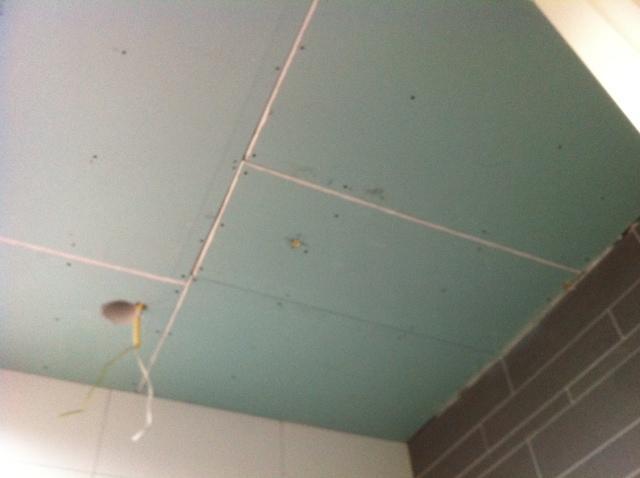 Stucen knieschot en plafond badkamer - Werkspot
