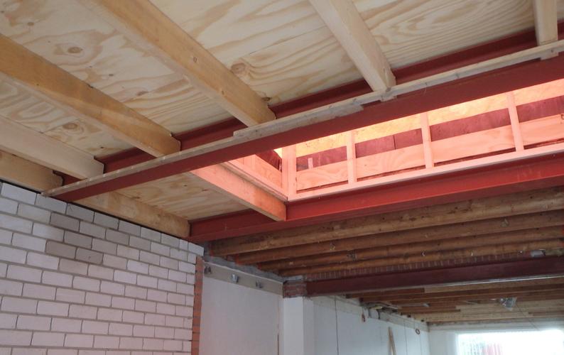 uitvlakken uitrachelen ca 75m2 plafond op houten balklaag