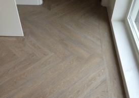 Pvc Plak Vloer : Leggen plak pvc in visgraat egaliseren betonnen vloer woonkamer
