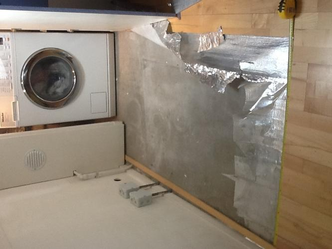 Beroemd Vloertegels leggen op zoldervloer onder wasmachine overlopend in QR02
