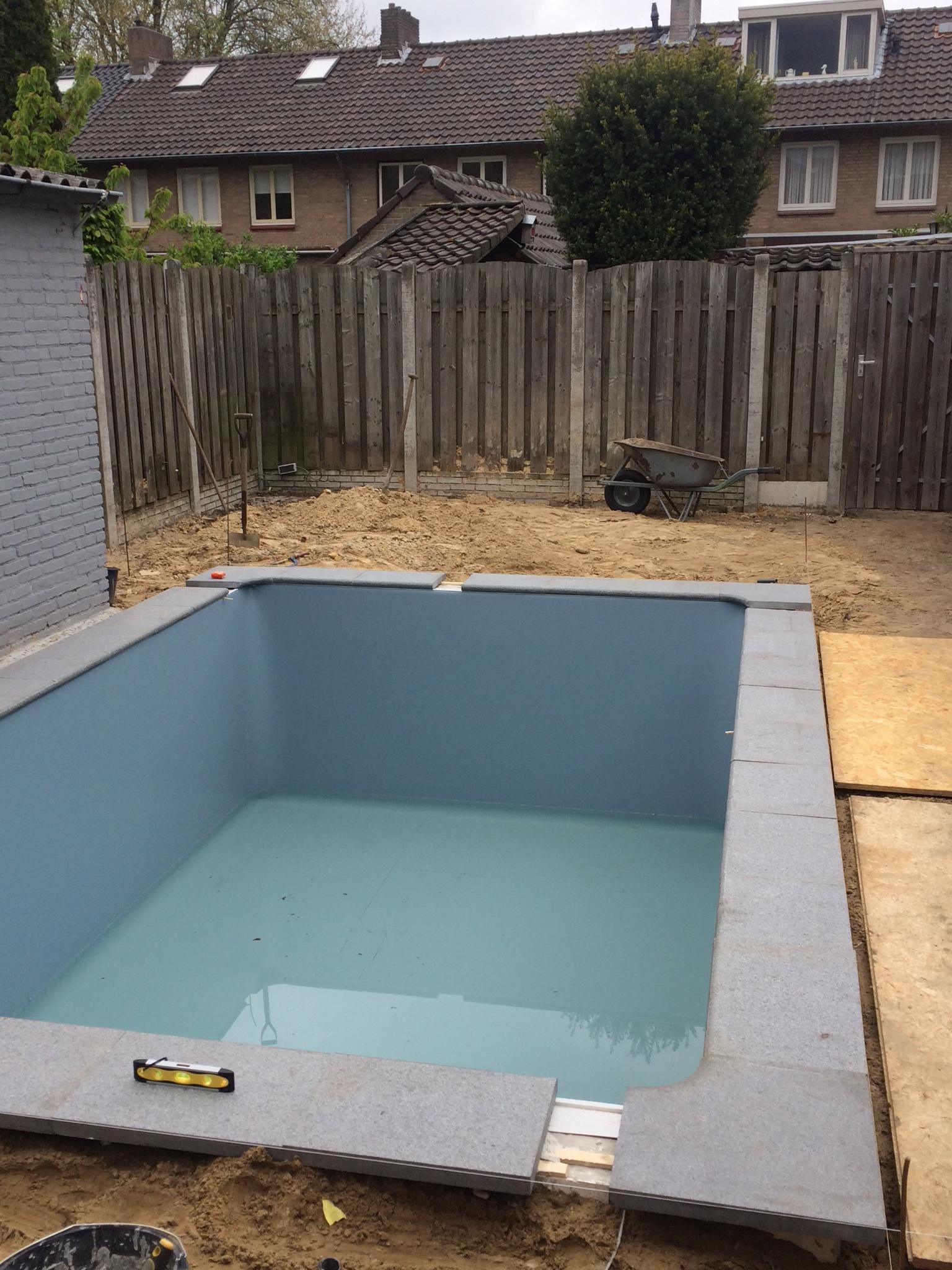 Randtegels zwembad plaatsen werkspot for Polyester zwembad plaatsen