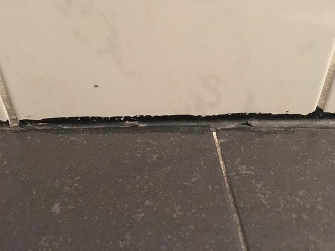 Randen badkamer opnieuw kitten en tegels opnieuw voegen - Werkspot