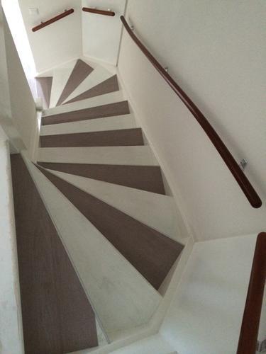 Trap met zelfklevende flexxfloor plaatsen werkspot for Plaatsen trap