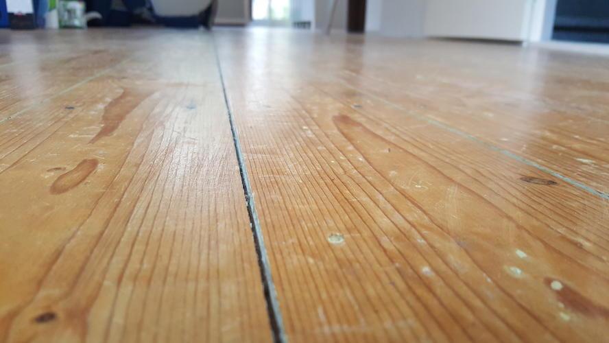 Schuren en evt lakken grenen vloer woonkamer werkspot