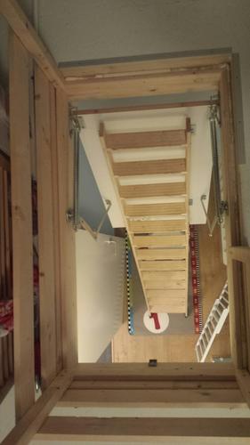 Dichte vaste trap inmeten leveren plaatsen naar zolder for Vlizotrap plaatsen