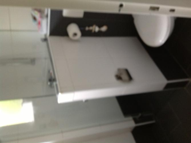 Opnieuw kitten en voeg herstellen van kleine badkamer en toilet werkspot - Opnieuw zijn toilet ...