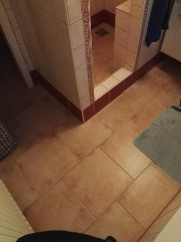 tegels badkamer verwijderen en leggen + aardmat leggen - Werkspot