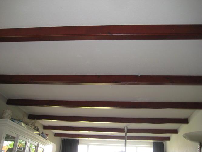 Schilderen plafond inclusief balken in woonkamer werkspot for Wanden nieuwbouwwoning afwerken
