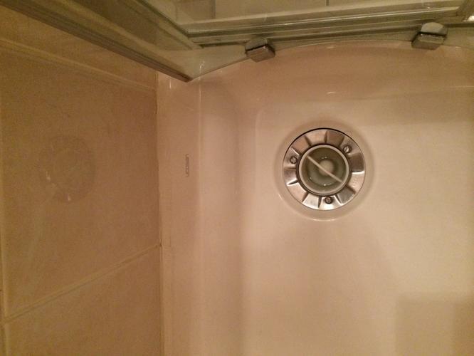 Top lekkage onder douchebak van douchecabine - Werkspot NW56