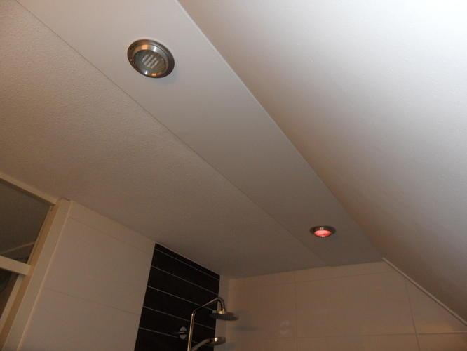 aanbrengen vochtbestendige stucplaten plafond en schuine