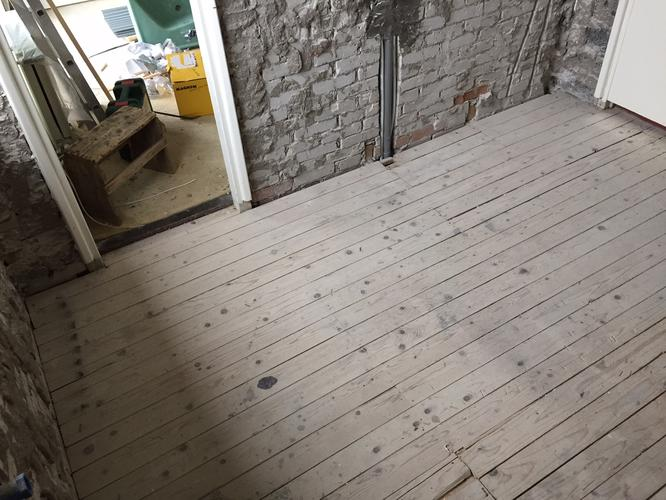 Badkamer vloer lichtgewicht beton storten met afschot en afwerken werkspot - Lichtgrijze gang ...