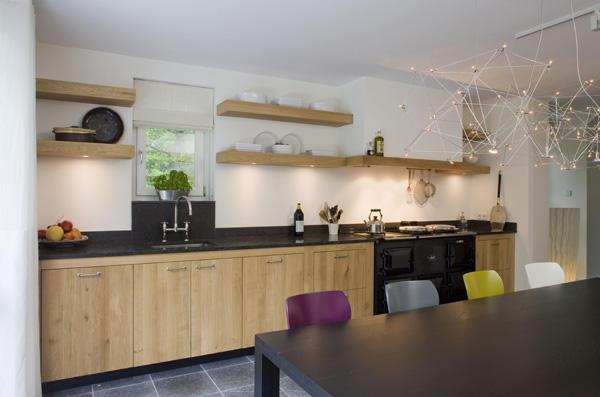 Blinde zwevende planken in keuken met inbouwspotjes werkspot