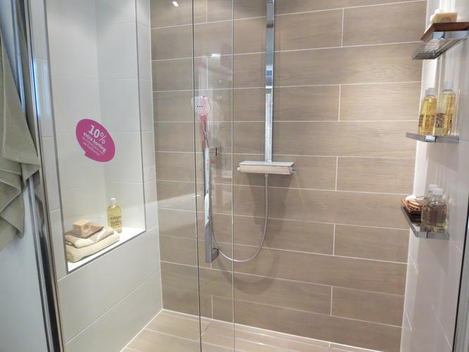Opnieuw betegelen wastafel en doucheruimte 2x2 meter werkspot - Voorbeeld badkamer italiaanse douche ...