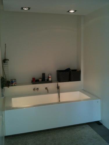 Betegelen rondom bad en in douche, nieuw douchevloertje aanleggen ...