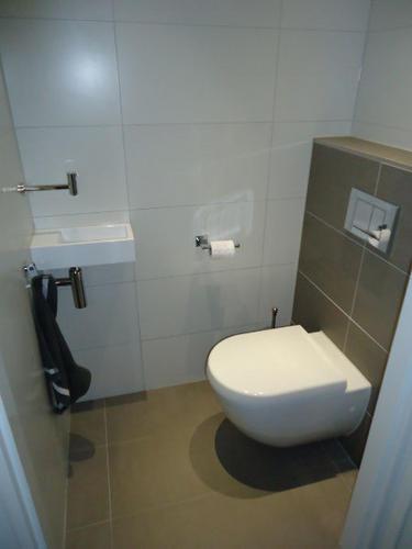 Hangend toilet badkamer landelijke badkamer met klassieke tint - Toilet wastafel ...