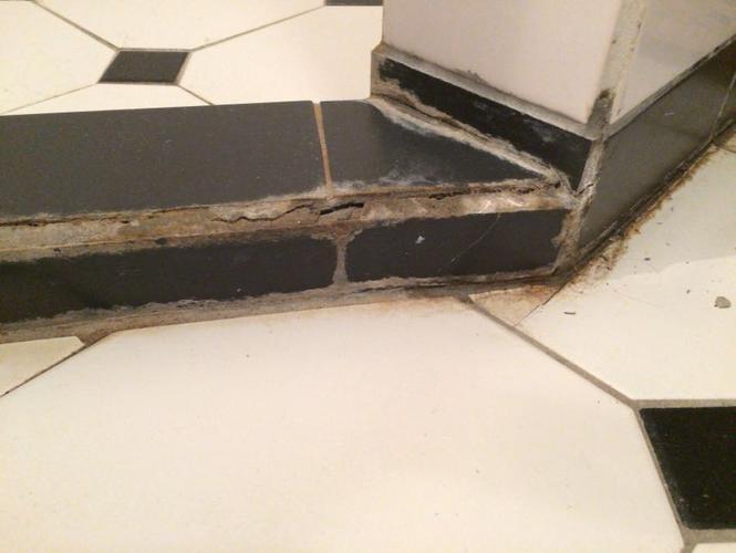 Losse Tegels Badkamer : Losse tegels vastzetten herplaatsen voeg vernieuwen badkamer