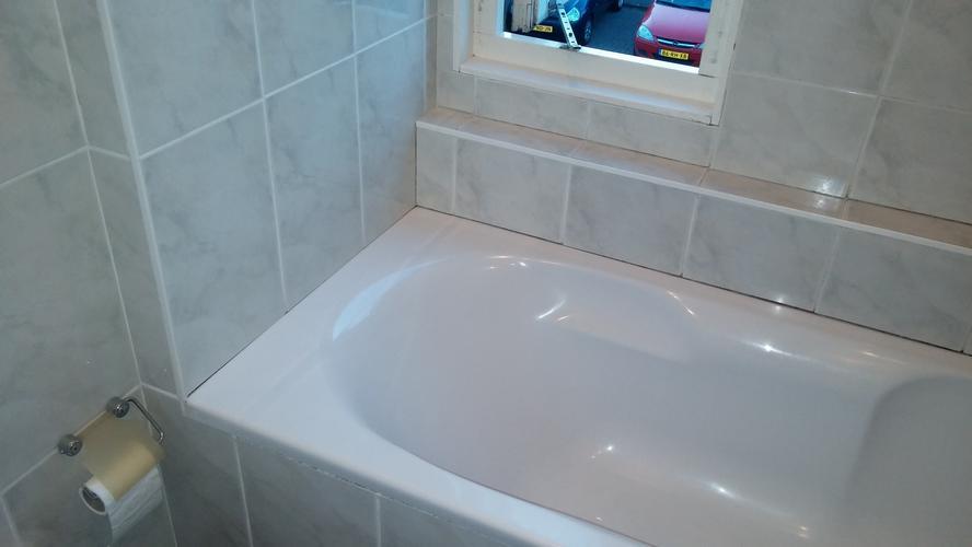 Afkitten badkamer rondom bad hoeken en vloer. werkspot