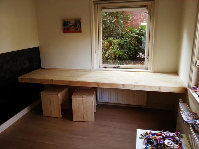 Een zwevend bureau op maat maken en monteren werkspot - Een kamer in grijs en wit schilderen ...