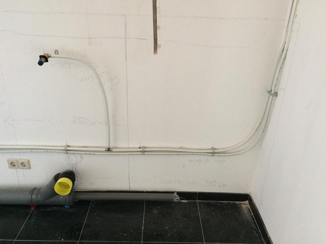 Badkamer leidingen aansluiten toilet plaatsen wastafel for Wastafel aansluiten