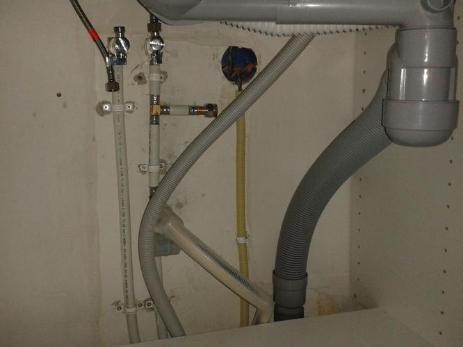 Radiator ophangen aansluiten en close in boiler werkspot