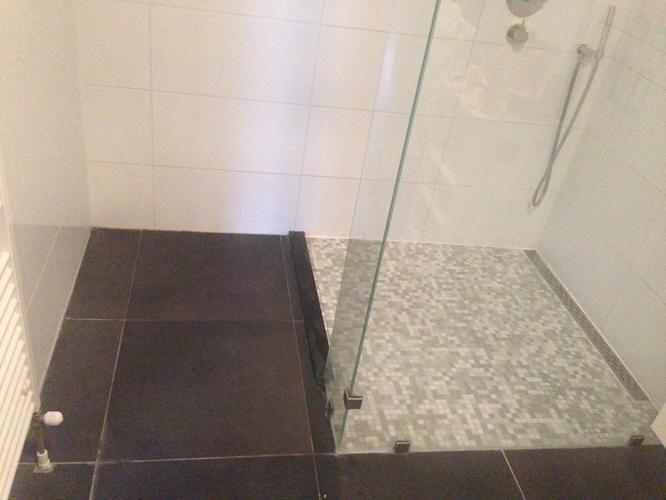 Nieuwe Badkamer Dorpel : Verbouw badkamer bijplaatsen ligbad werkspot