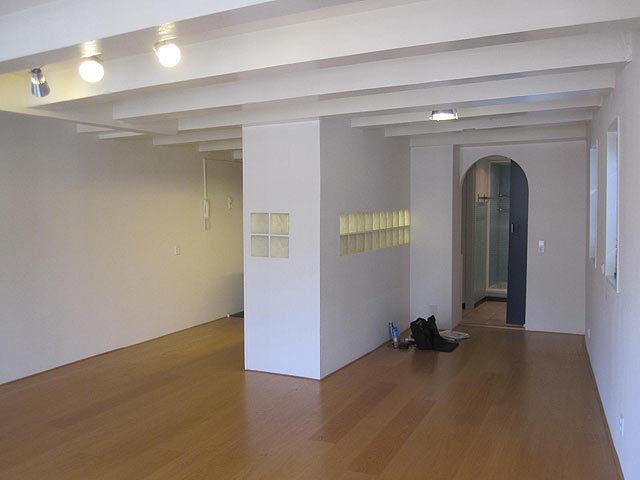 Schilderen balken van balkenplafond van wit naar zwart werkspot