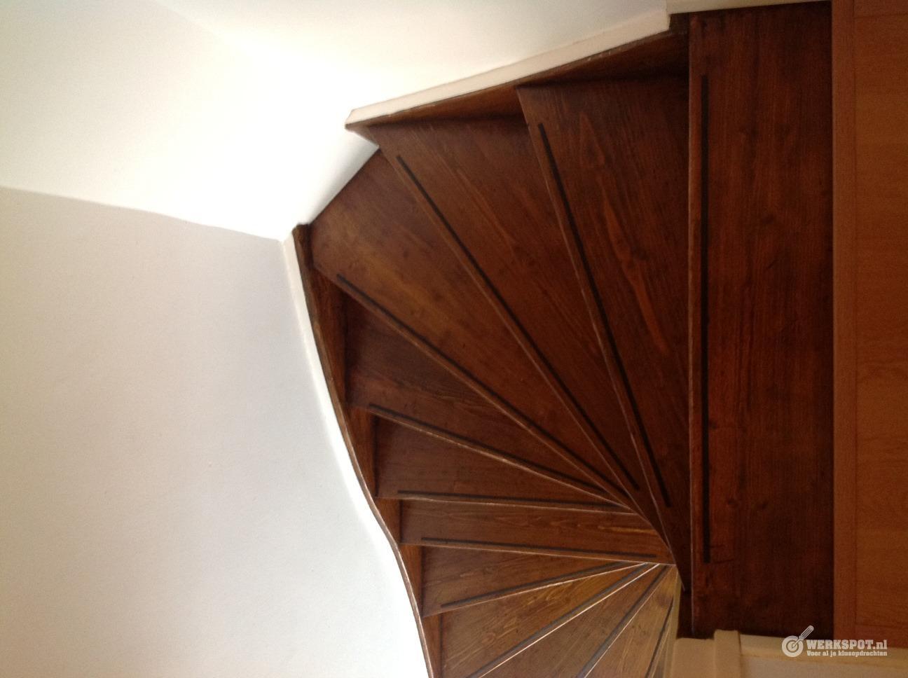 Houten trap schuren lakken beitsen werkspot - Houten trap ...