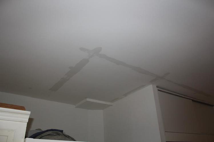 Schade na lekkage aan plafond en muren - Werkspot