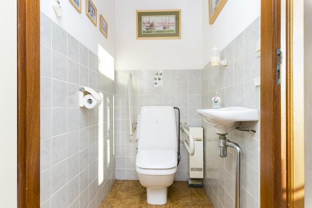 Hangend Toilet Plaatsen : Hangend toilet plaatsen en opnieuw betegelen werkspot
