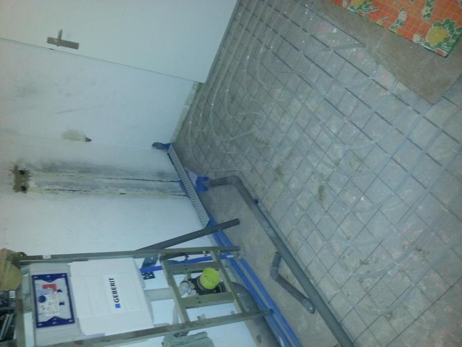 Cementdekvloer badkamer storten en waterdicht maken - Werkspot
