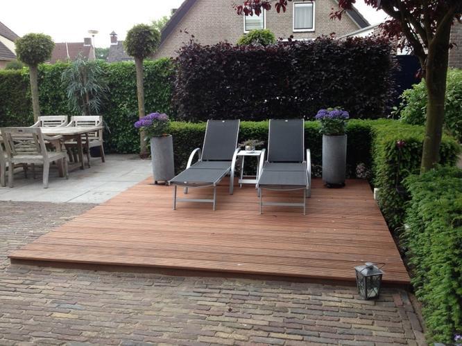 Vlonder plaatsen in tuin werkspot - Dek een terras met tegels ...