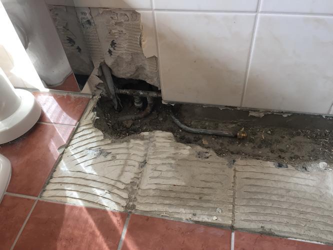 Herstel badkamer met vervangen tegelwerk. Het plaatsen van 2 hangen ...