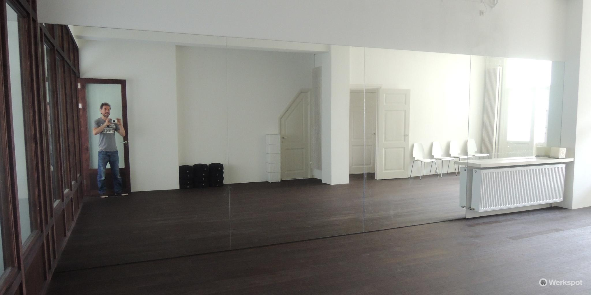 spiegelwand bestaande uit 4 spiegels lijmen - werkspot