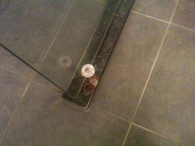 kitten douche, goede kitter gevraagd + evt. vastzetten glasplaat ...