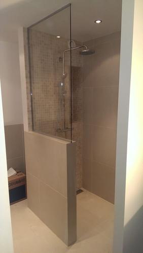 muurtje in badkamer met steenstrip als afscheiding met daarboven ...
