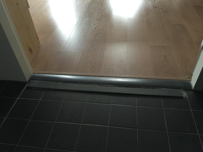 Aanpassing aan dorpel badkamer voor rolstoel - Werkspot