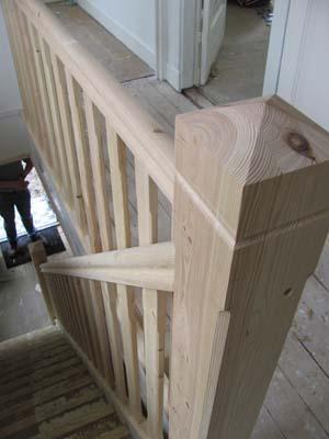 Plaatsen van trapspijlen leuning werkspot for Houten trap plaatsen