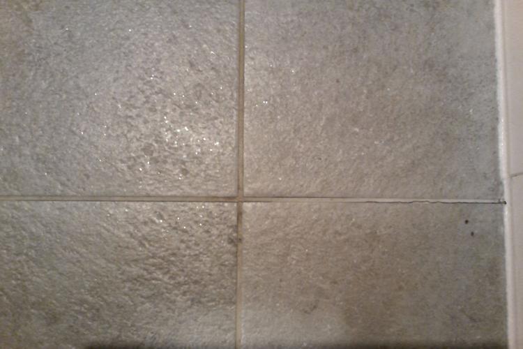 Voegen renovatie tegelvloer inloopdouche badkamer en opnieuw