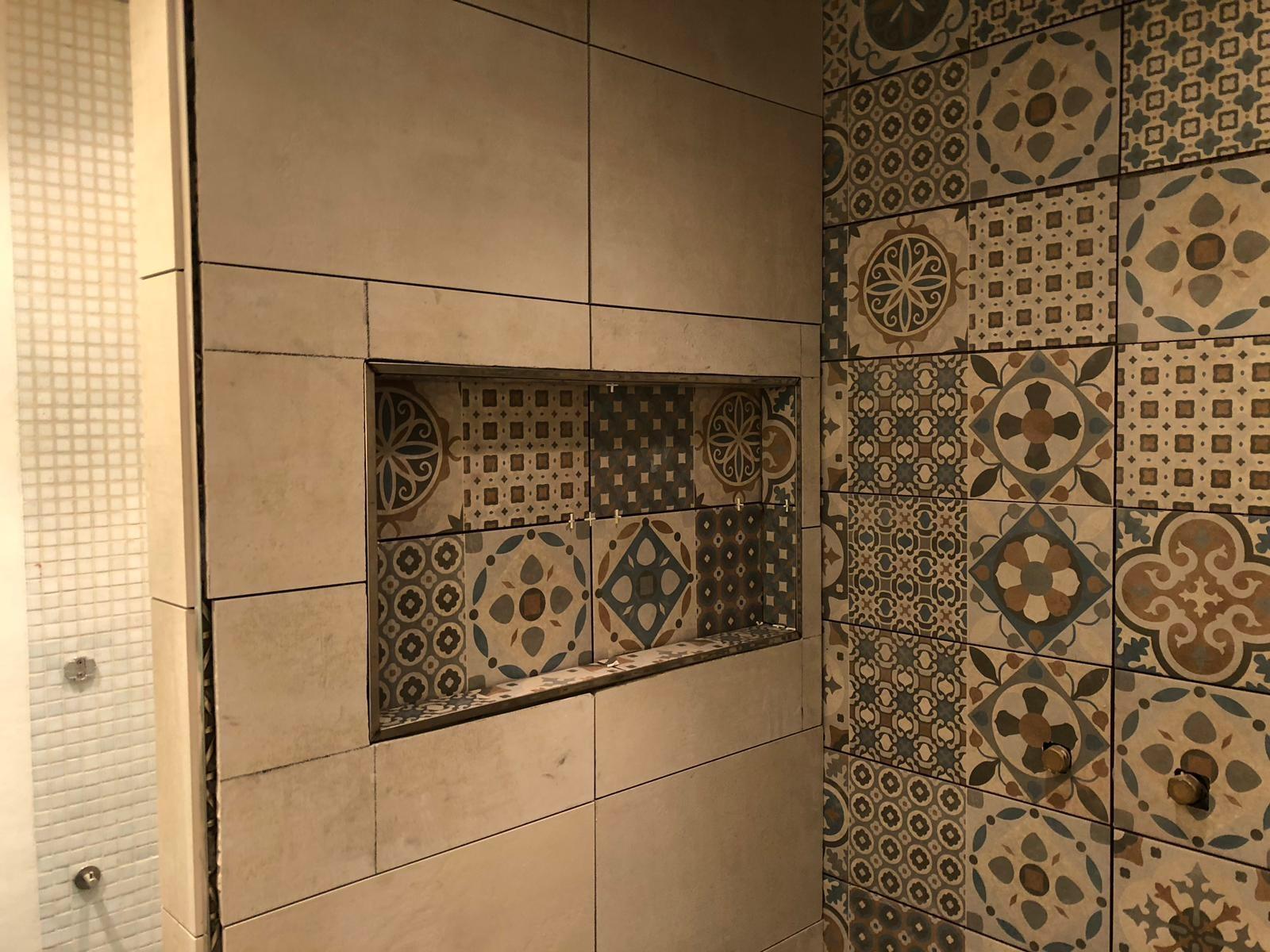 Badkamer opnieuw betegelen en lekkage probleem oplossen werkspot