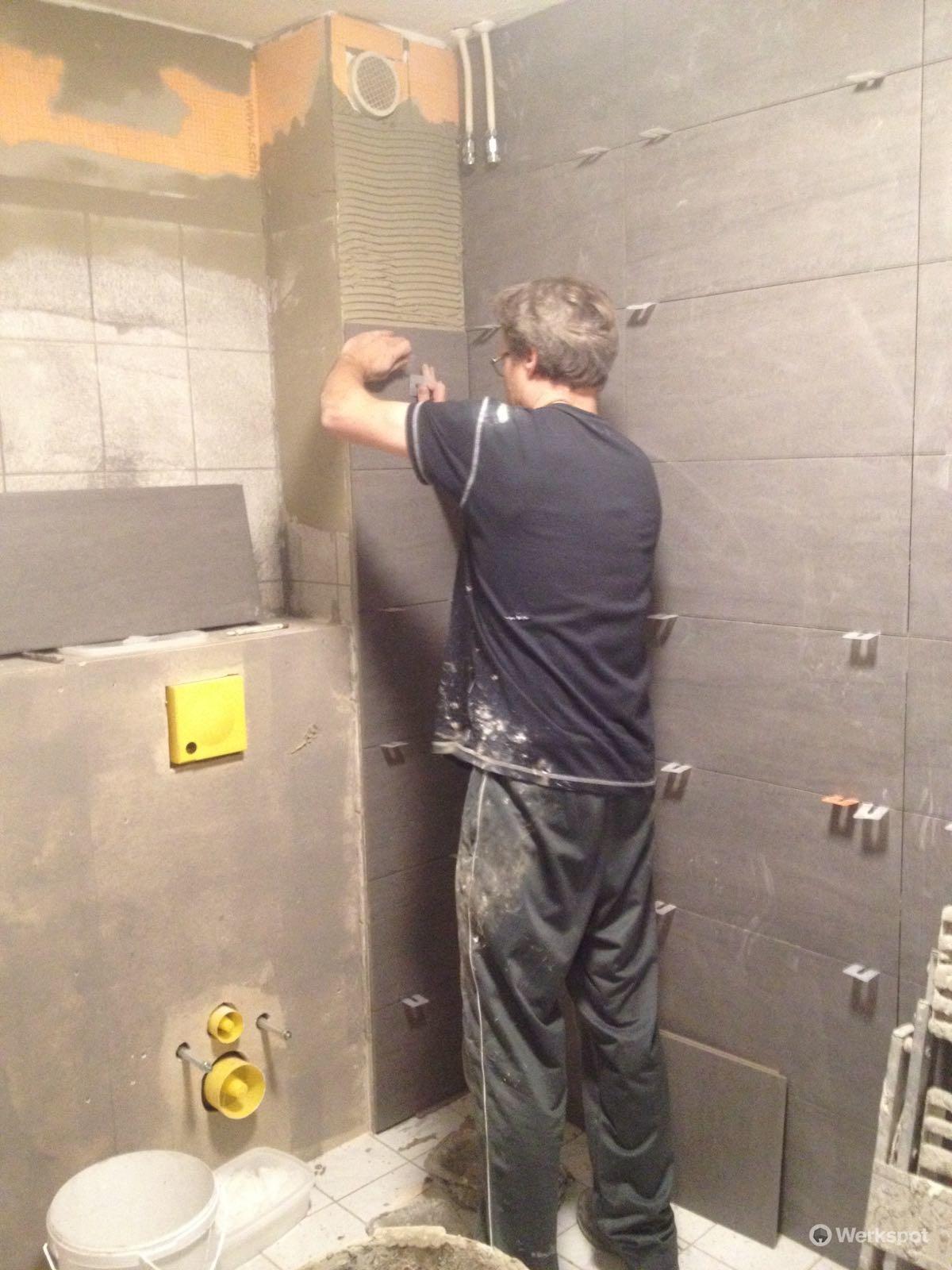 badkamer betegelen vloer en wanden. ongeveer 28 m2 totaal - Werkspot