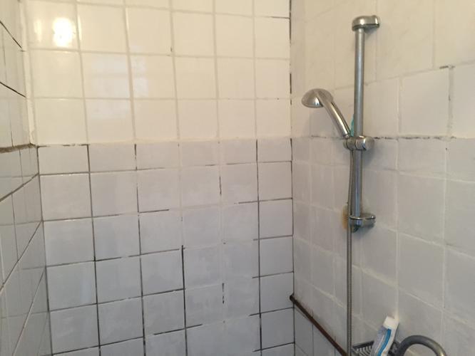 Badkamer Opnieuw Betegelen : Badkamer opnieuw betegelen werkspot