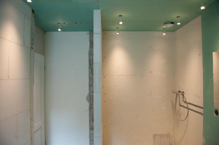 Badkamer 4 x 2,5 Stucen en Tegelzetten - Werkspot