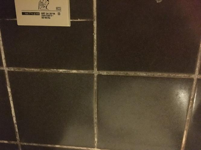 Schimmel verwijderen badkamer + voegen witten - Werkspot
