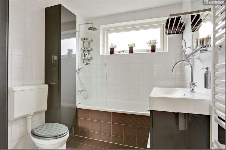 Badkamer Nieuw Betegelen : Badkamer betegelen en plaatsen nieuw toilet & badwand werkspot
