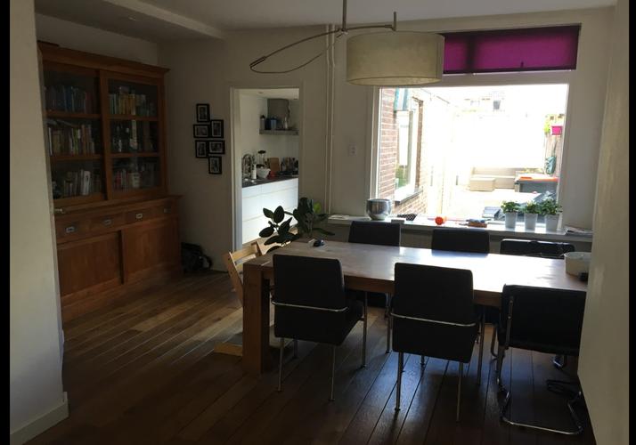 Nieuwe vloer in woonkamer erkerwoning aanbrengen tuindeur